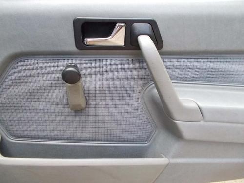 Mercedes-Benz 190 speakers